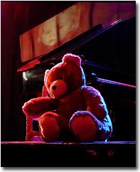 Der Bär, ein Stück Flügel  und Kindheitserinnerungen an der Wand...